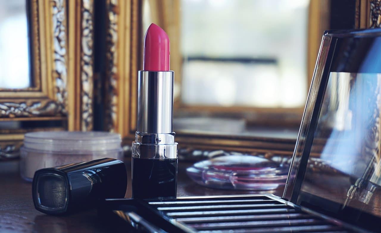 maquillage sur coiffeuse meuble